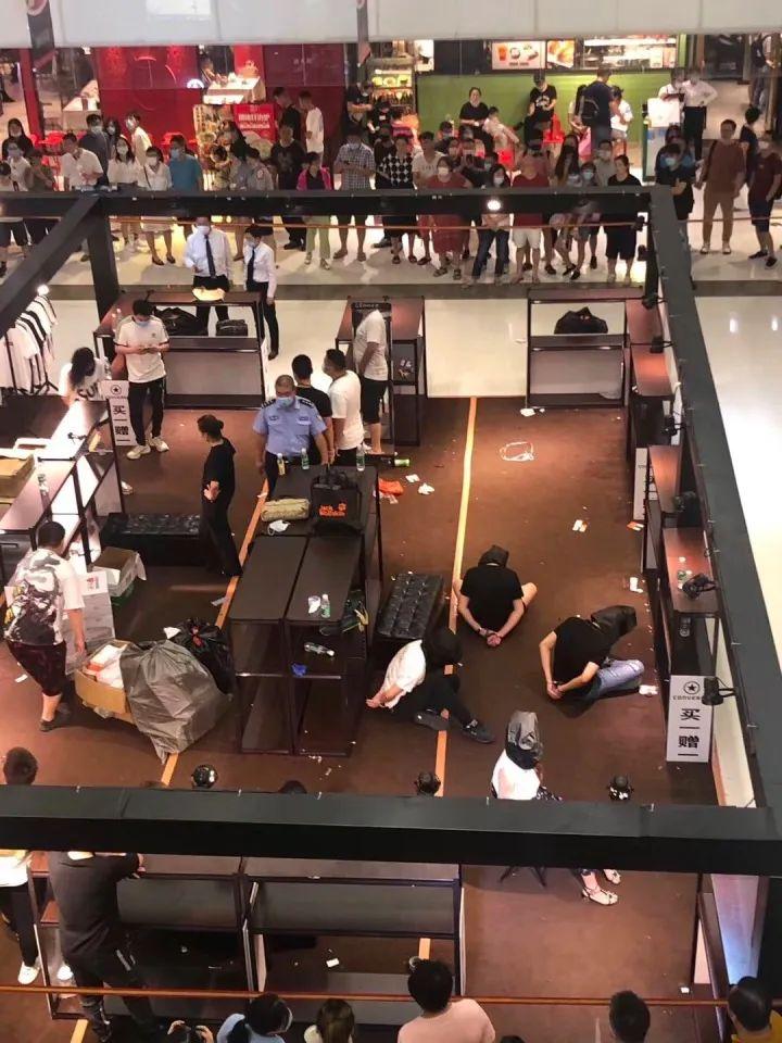 离谱:上海合生汇售假!匡威/鬼冢虎翻车,店员都被抓了···