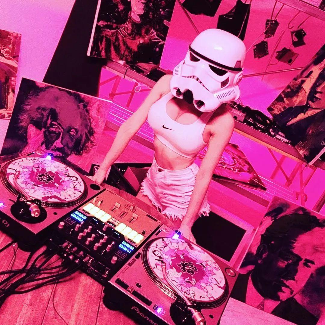 不穿球鞋的女优和模特,干不成网红DJ。。。。