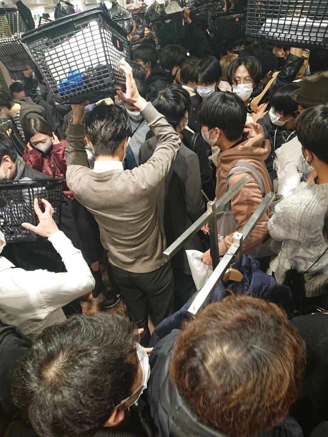 日本玩家不顾新冠拥挤疯抢!优衣库 x Jil Sander新联名发售!